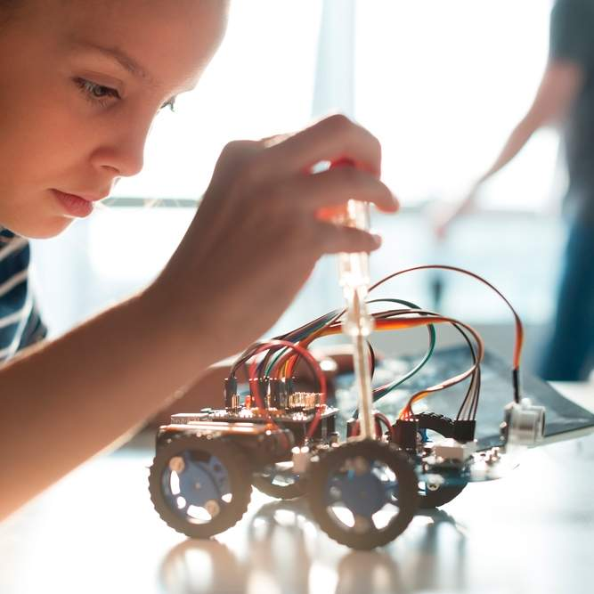 Niña en curso de robótica para niños en Murcia