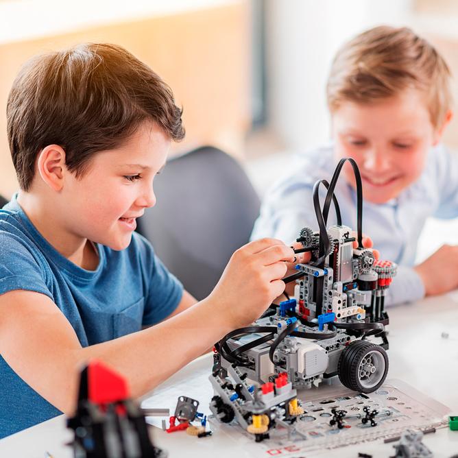 dos niños realizando actividades de robótica