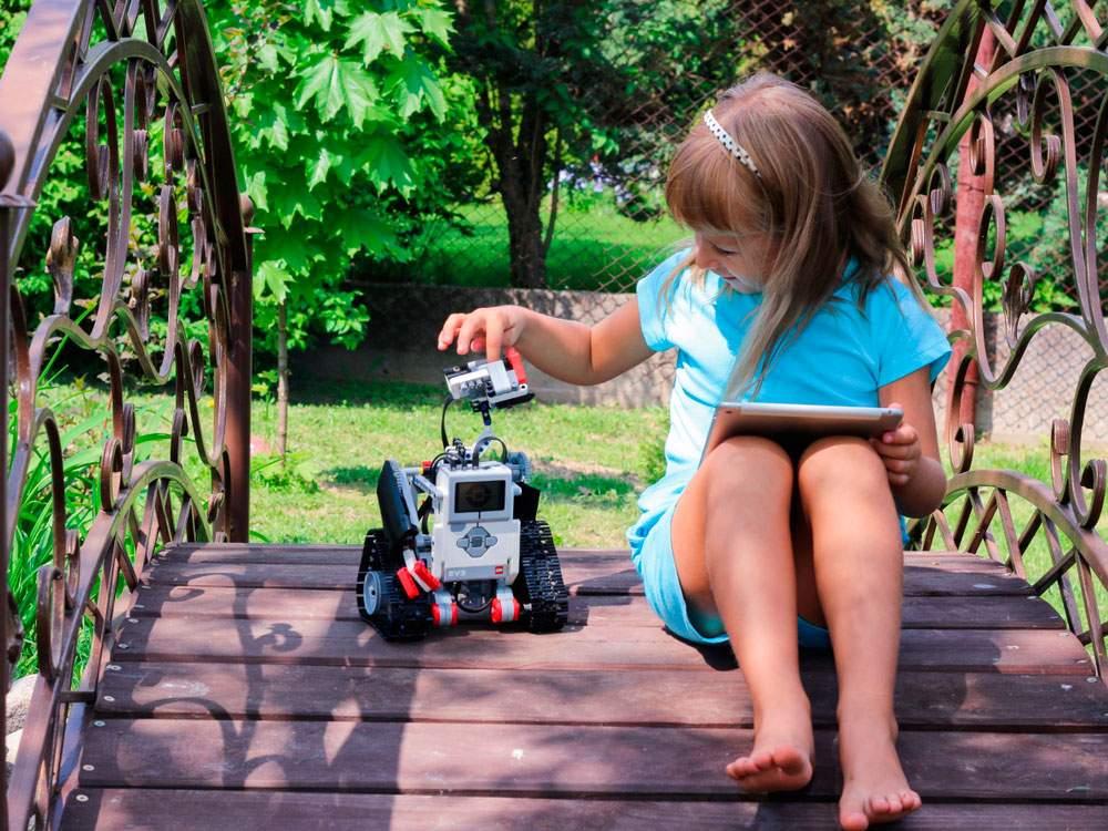 Niña con robot en campamento de verano en Murcia
