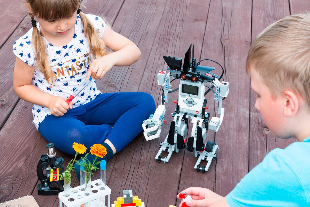 Niños construyendo robots en campamento de verano en Murcia